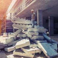 חתיכות של מדרגות וקירות לאחר ניסור
